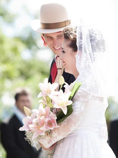 Casamento gaúcho na fazenda: noivos no altar da cerimônia. Foto: Beth Esquinatti.