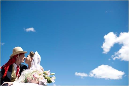 Casamento gaúcho na fazenda: noivos com céu azul. Foto: Beth Esquinatti.