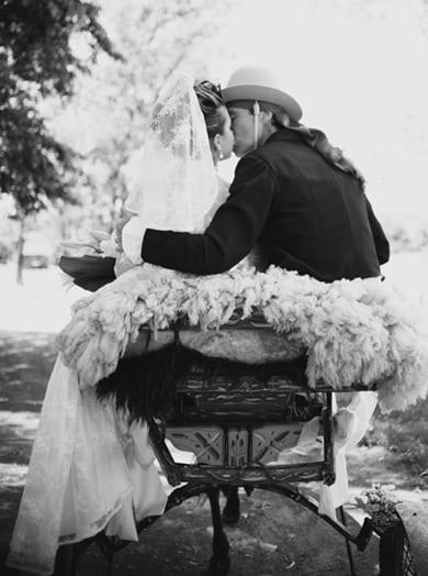 Casamento gaúcho: noivos dão beijo em charrete na fazenda. Foto: Beth Esquinatti.