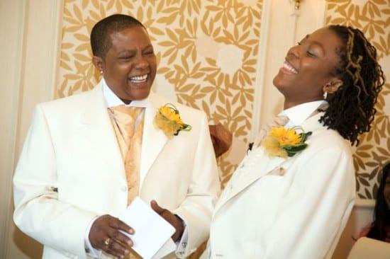 Casamento gay: duas noivas de terno branco. Foto: Gay Wedding Destinations.