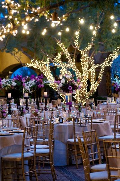 Decoração de casamento: árvores com luzinhas na festa de casamento. Foto: Bridal Guide Magazine.