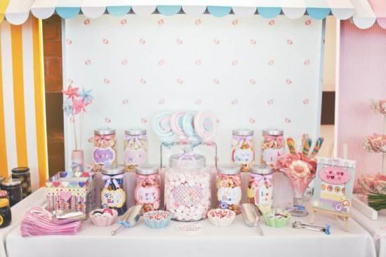 Mesa de doces de casamento alternativo com doces infantis. Shell De Mar