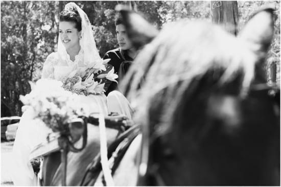 Noiva gaucha chega de chacrete em casamento na fazenda. Foto: Beth Esquinatti.