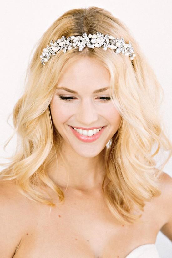 Penteado de noiva: cabelo comprido solto, loiro, ondulado com tiara de brilhantes e pérolas.