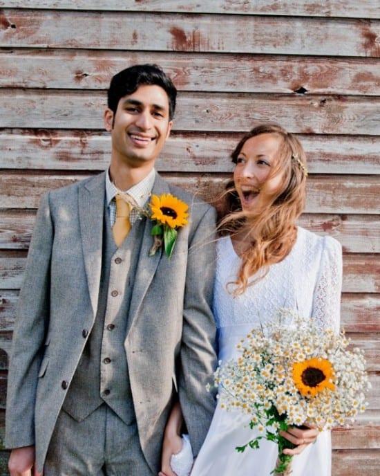 Casamento: noivo com terno e colete cinzas (e girassóis). Motif Wedding Photography.