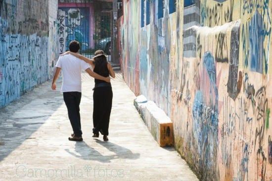 Ensaio pré-casamento com noivos em rua colorida. Foto: Camomilla Fotos.