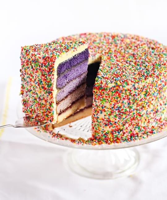 Bolo de casamento com camadas coloridas de massa (rainbow cake ou bolo arco íris) em tons de roxo degradê. Foto: Pin Cookie.