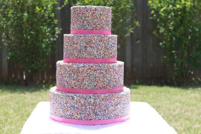 Bolo de casamento com granulado colorido (sprinkle cake). Foto: Belas Cakes Creations.