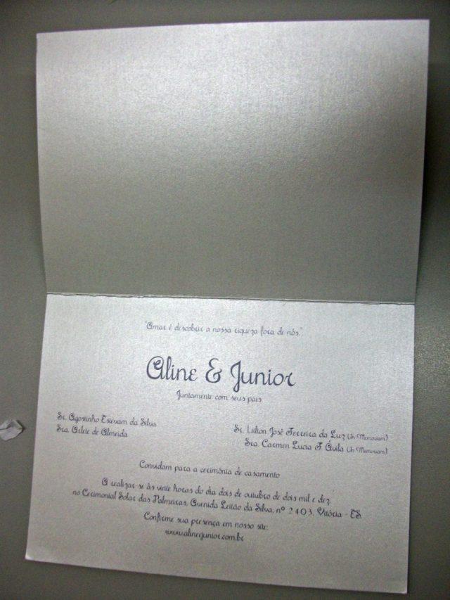Convite de casamento colorido com caricatura.