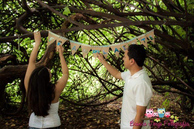 E-session (fotos de noivado): bandeirinhas com nome dos noivos. Foto: Bianca Jorge Fotografia.