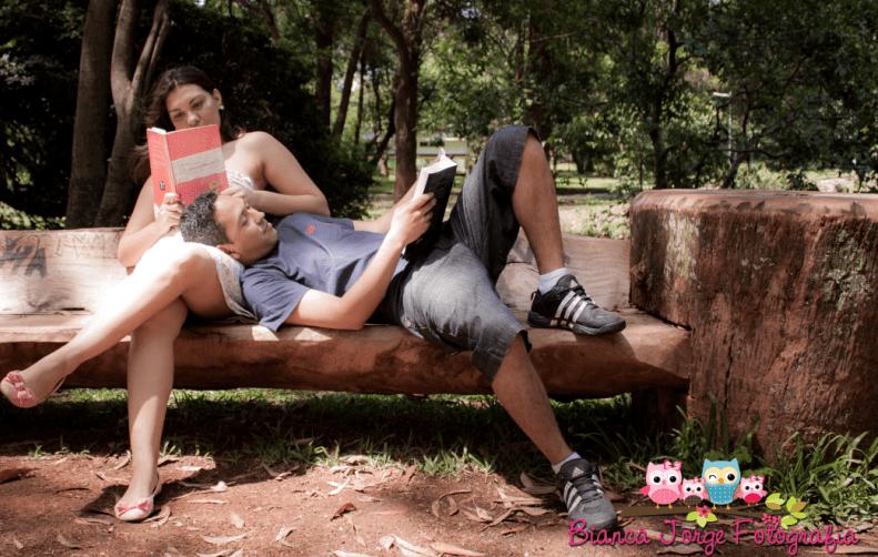 Livro de casamento em foto de e-session. Foto: Bianca Jorge Fotografia.
