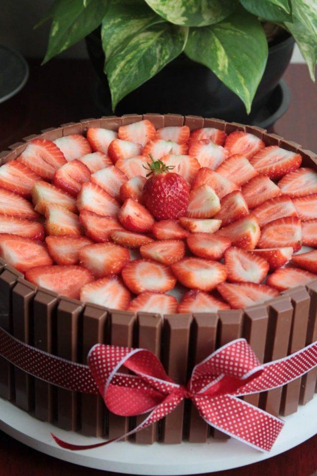 Bolo Kit Kat com cobertura de morangos feito pela Nena Chocolates.