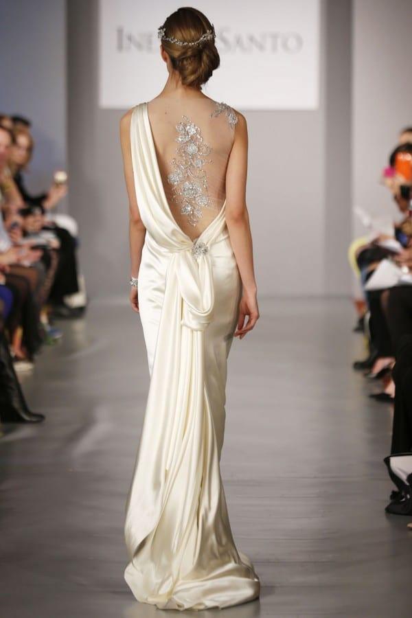 Vestido de noiva com decote nas costas, transparência e brilho, de Ines Di Santo.