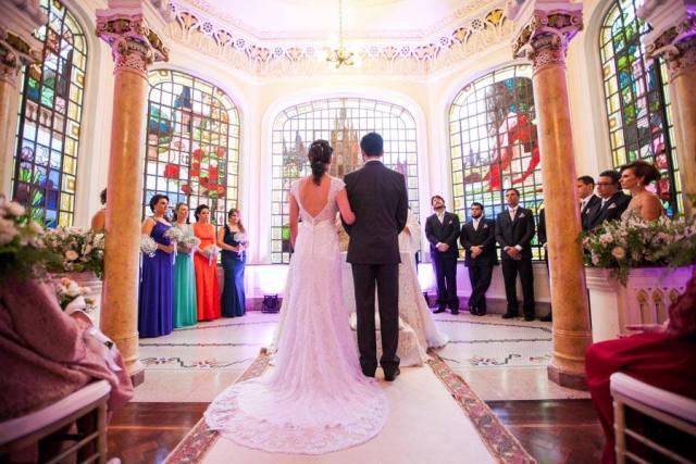 Noivos no altar no casamento no Palácio dos Cedros. Foto: Danilo Siqueira.