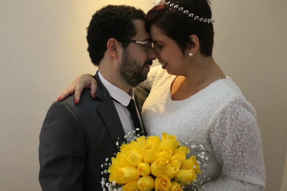 Casamento express: noiva, noivo e buque de tulipas amarelas.