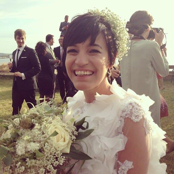 Noiva moderna de cabelo curto: Lalai e seu buquê de casamento.