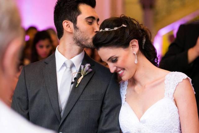 Casamento: noivo beija noiva na testa no altar. Foto: Danilo Siqueira.