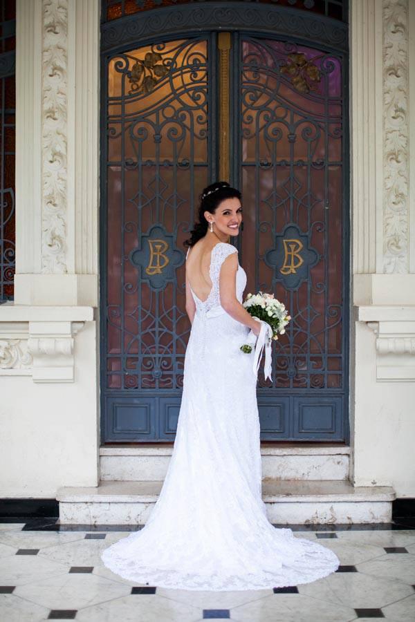 Noiva entrando na cerimônia do casamento no Palácio dos Cedros. Foto: Danilo Siqueira.
