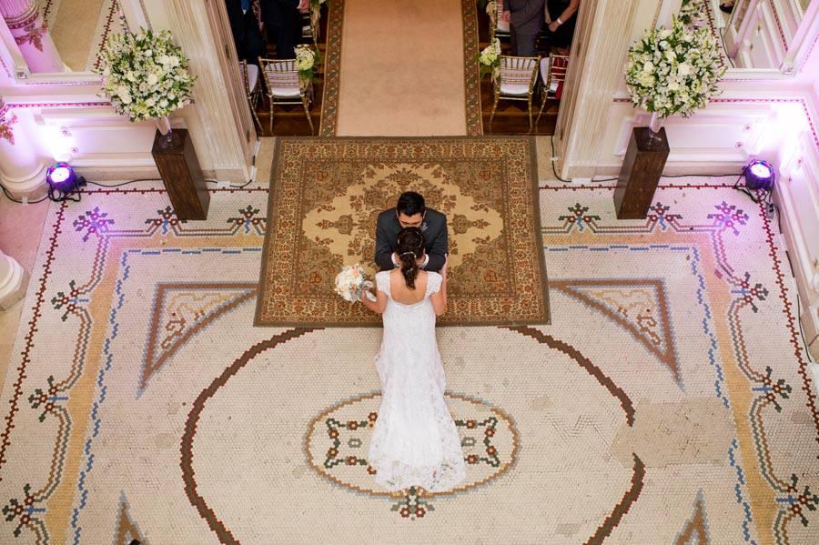 Noivo buscando noiva na entrada da igreja. Foto: Danilo Siqueira.