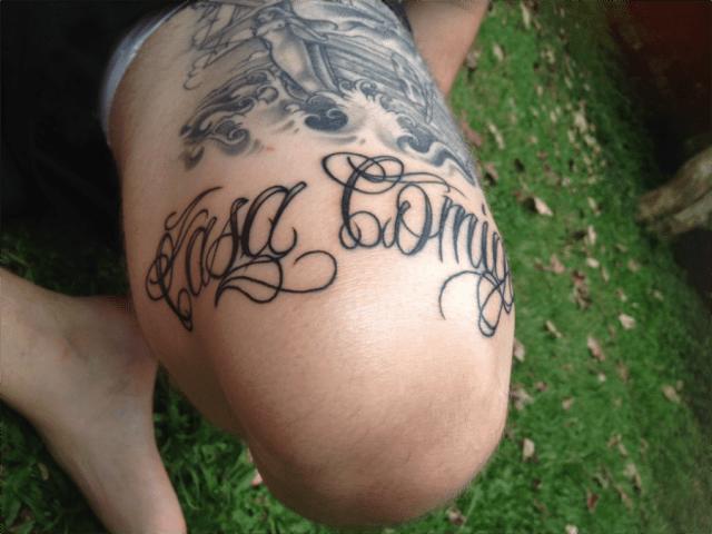 """Pedido de casamento com tatuagem escrito """"Casa comigo"""""""