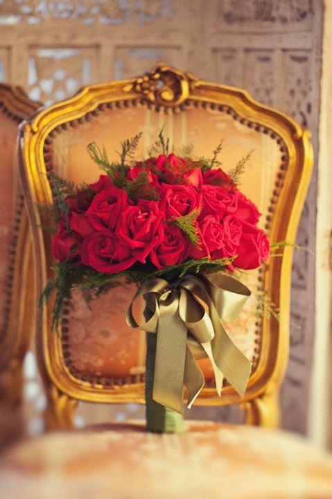 Buquê de noiva com rosas vermelhas. Foto: Dueto Fotografia.