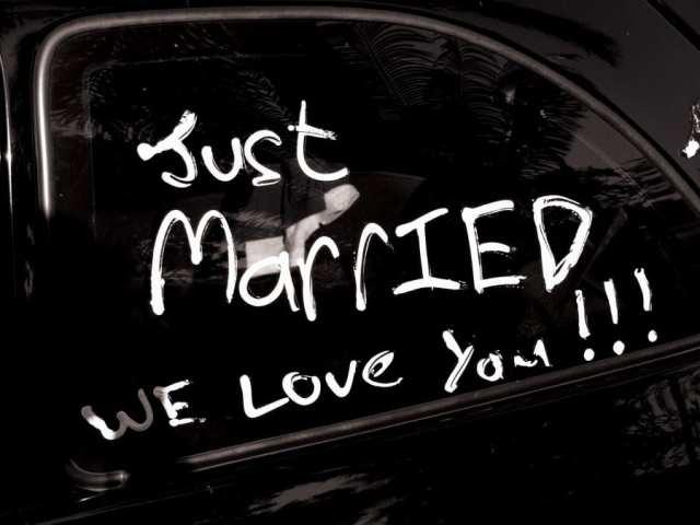 """Carro dos noivos com """"just married"""" (""""recém-casados"""")."""