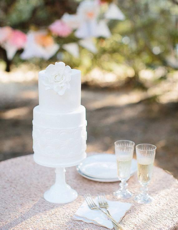 Casamento com bolo e champanhe. Foto: AnnieMcElwain