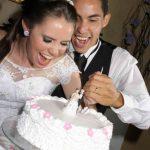 Fotos de casamento: noiva e noivo Rita e Gutierre e seu bolo de casamento. Foto: Fabiano Jardini.