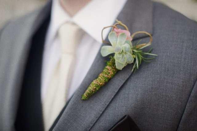 Casamento gay: flor de lapela para o noivo de suculenta. Foto: This Modern Romance.