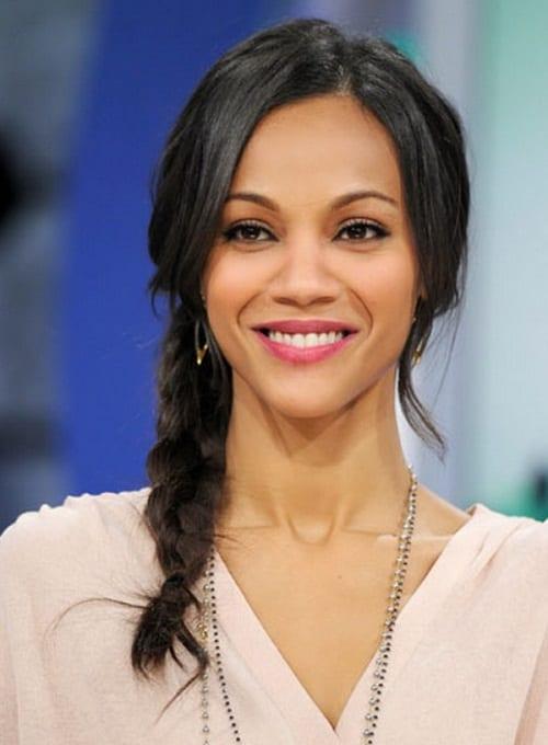 Penteado para noiva negra: trança lateral. Na foto, a atriz Zoey Saldaña.