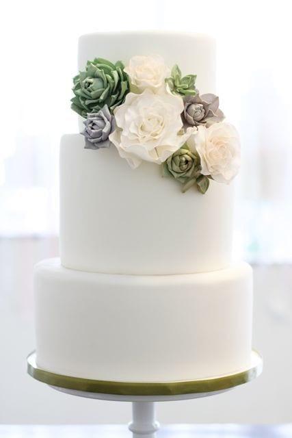 Topo de bolo de casamento com suculentas (ideal para casamento gay). Foto: Sweet And Saucy Shop.