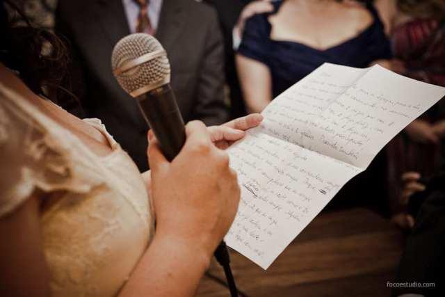Casamento: noiva lendo votos escritos por ela mesma. Foto: Foco Estúdio.