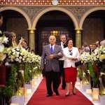 Cerimônia de casamento na igreja Paróquia São José do Ipiranga: avós da noiva entram carregando as alianças.