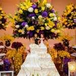 Decoração de casamento em amarelo e roxo: mesa do bolo no buffet Palazzo Oliva.