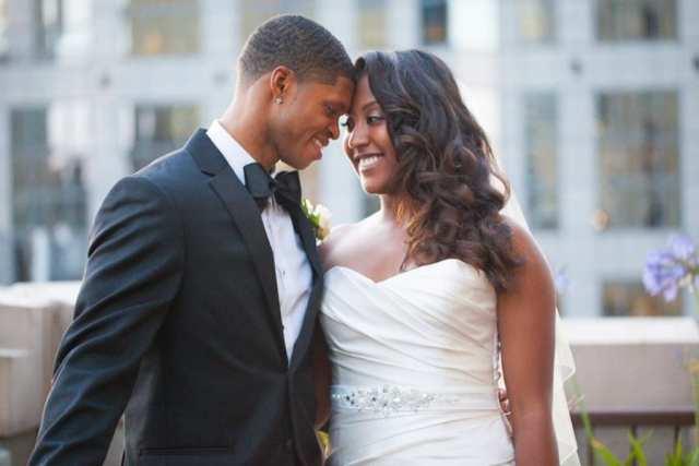 Noivo negro com terno preto e gravata borboleta preta, com sua noiva negra. Foto: Melissa Soule.