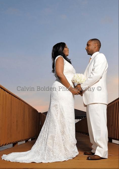 Noivo negro com terno branco e sua noiva negra. Foto: Calvin Bolden Photography.