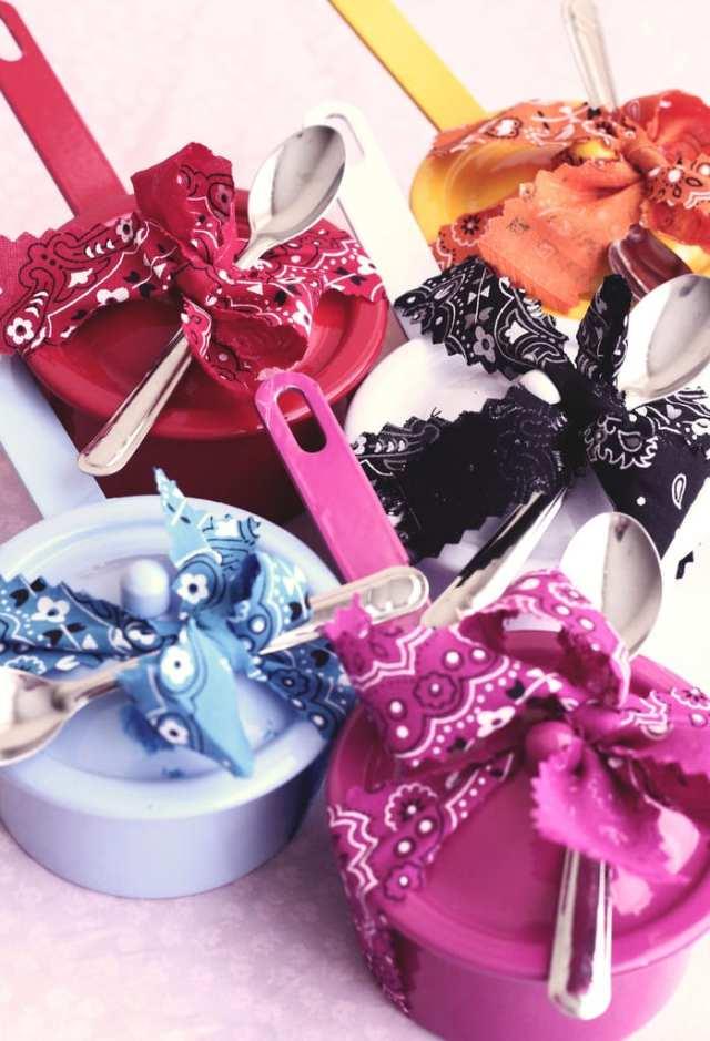 Lembrancinha de casamento: panelinhas de brigadeiro com colher. Foto e autoria: Nena Chocolates.