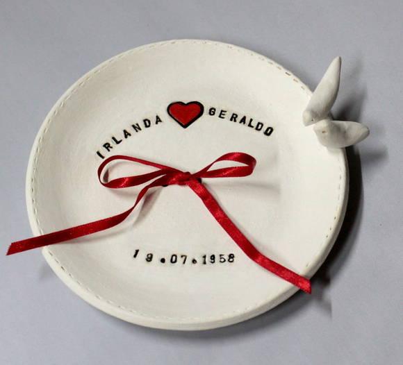 Porta alianças: prato de porcelana com nome dos noivos, data, coração e passarinhos. Foto: Ângela Feitosa Ateliê.
