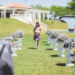 Casamento no campo: dama de honra adulta entra com as alianças. Foto: 18 Elementos.