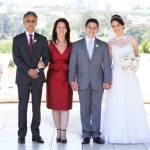 Foto tradicional de casamento com noivos e pais dos noivos. Foto: 18 Elementos.