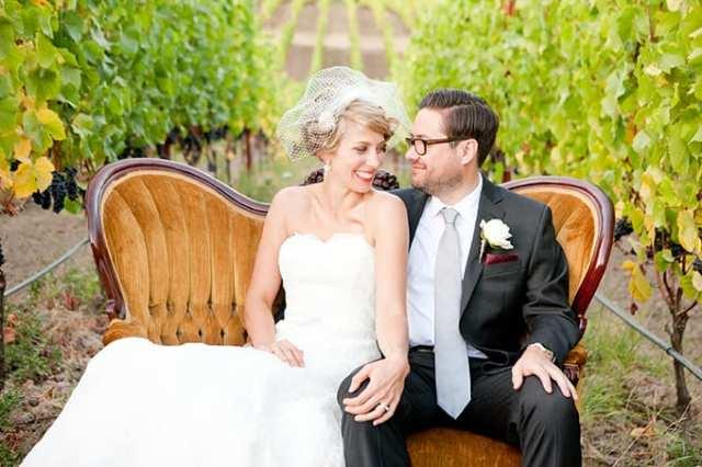 Casamento na vinícola: noivos em poltrona em sessão de fotos nos vinhedos. Foto: Murray Photography.