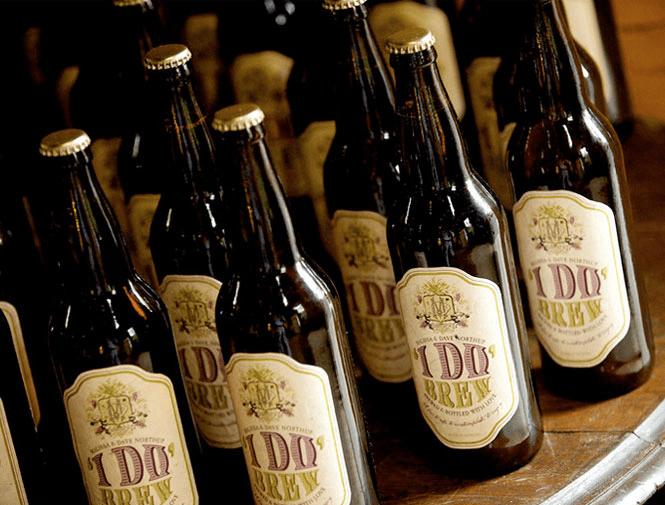 """Cerveja artesanal para casamento com rótulo personalizado """"I do"""". Foto: Grapevine Paperie."""
