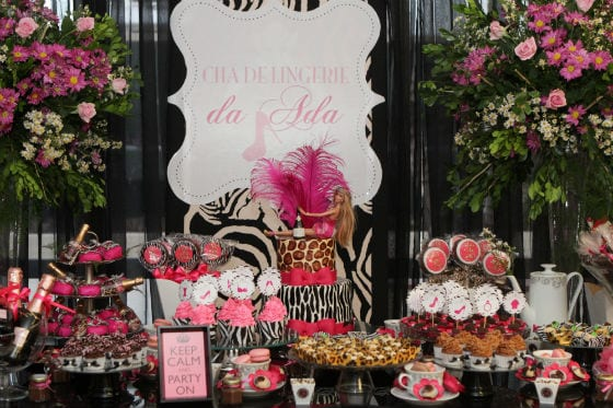 Decoração de chá de lingerie com rosa pink e estampa de oncinha. Foto: Georgia Santiago.