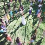 Casamento no campo: noiva faz buquê de fitas com suas madrinhas de casamento. Foto: 18 Elementos.