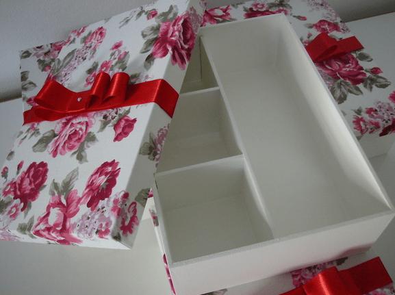 Casamento: Caixa forrada de lembrancinhas para padrinhos. Foto: Karoline Fernandes Ateliê.
