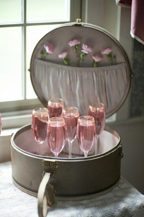 Decoração de chá de lingerie com mala vintage antiga e campagne rosé.