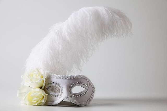 Máscaras de carnaval para noivas estilo veneziana. Foto: Foco Estúdio.