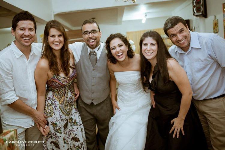 Noivos e amigos no casamento no campo de Greice e Everton. Foto: Caroline Cerutti.