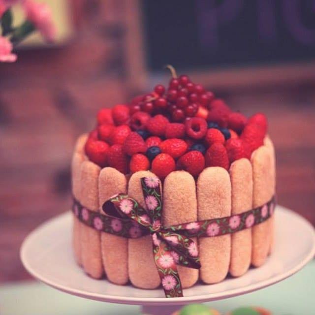 Bolo charlotte (cercado de biscoitos champanhe) com frutas vermelhas. Foto: Soul Sweet.