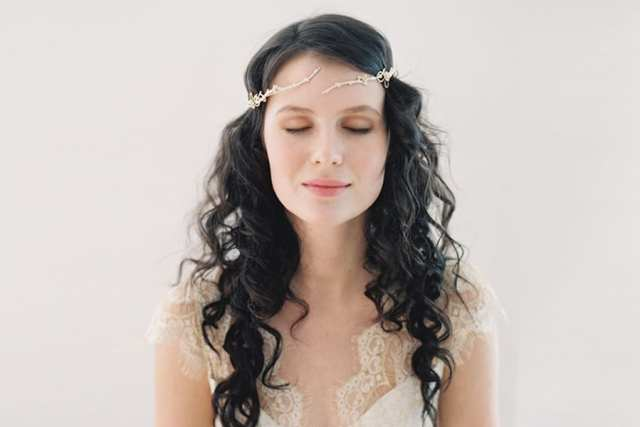 Acessório de cabelo para noiva: coroa de metal com louros na testa.